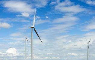 turbinas eólicas produzem energia elétrica alternativa com céu e nuvem foto