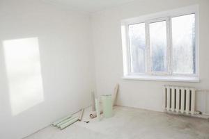 papéis de parede no canto do apartamento foto