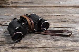 binóculos vintage em fundo de madeira