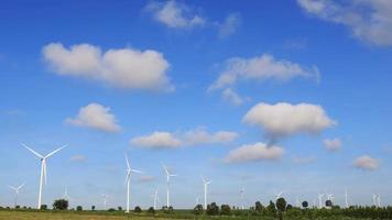 turbinas eólicas gerando eletricidade com céu azul