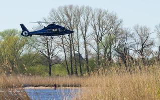 helicóptero de resgate aéreo com um homem na corda foto