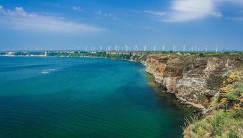 turbina eólica à beira-mar
