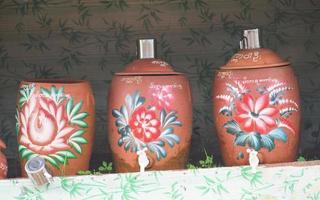recipientes de água públicos em myanmar foto