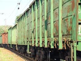 fretes carruagens em uma estação ferroviária. foto