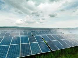 painéis solares em campo verde foto