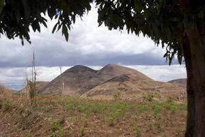 cadeia de colinas emoldurada por uma árvore, madagascar
