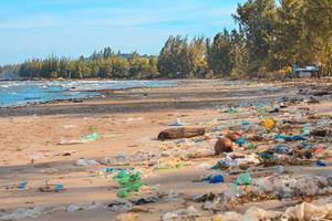 terrível poluição da costa do oceano.