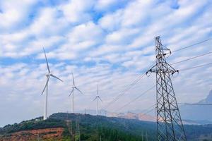 turbina eólica rotativa na frente do céu nublado
