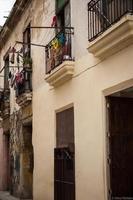 varanda de apartamento com lavanderia em havana cuba foto