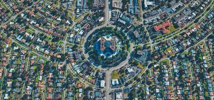 aérea da cidade, estradas e terrenos foto