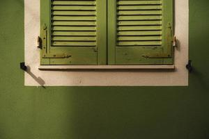 janela verde fechada