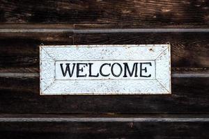 placa de boas-vindas de madeira em preto e branco