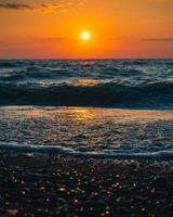 ondas do mar batendo em terra