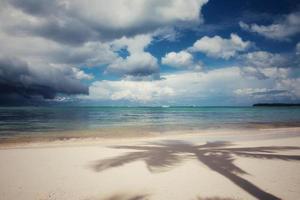 nuvens de tempestade sobre a praia foto