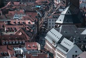 aérea de telhados de edifícios e ruas foto