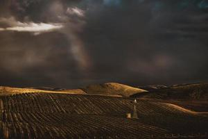 terras agrícolas sob céu tempestuoso foto