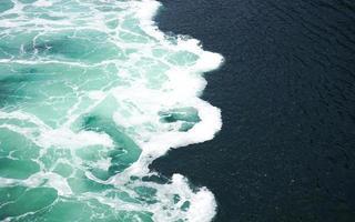 água do mar indo para a costa