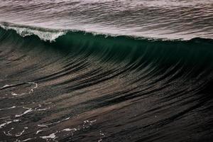 ondas do mar escuro