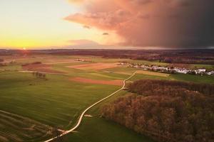campo de grama verde sob céu nublado durante o dia