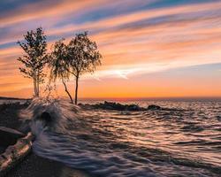 ondas quebrando na costa foto