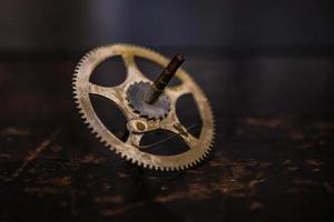 roda dentada de ouro na haste de metal foto