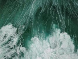água branca e verde do oceano foto