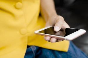 close-up de pessoa usando telefone foto