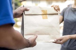mulher aceitando entrega