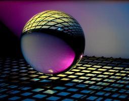 bola de vidro em superfície colorida foto