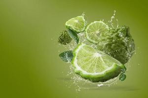 respingos de água na fruta bergamota foto