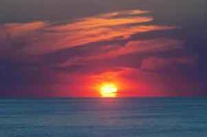 pôr do sol na costa do mar negro foto