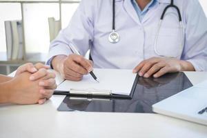 médico encontra com paciente foto