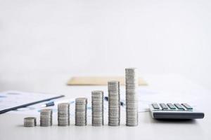 moedas empilhadas na mesa do escritório