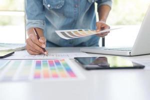 designer gráfico trabalhando com mesa gráfica e cores