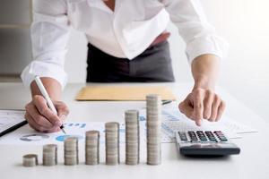 contador de negócios calculando as finanças do estoque