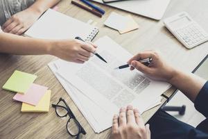 jovens estudantes ajudam um amigo a estudar para um teste