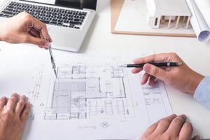engenheiros em projeto de construção