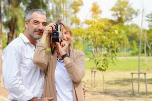 casal tirando fotos de viagens