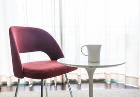 xícara de café com linda cadeira luxuosa foto
