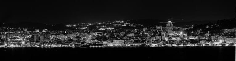 uma cidade em preto e branco foto