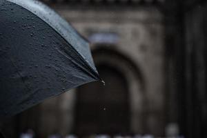 guarda-chuva preto molhado