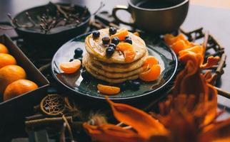 pilha de panquecas com cobertura de frutas foto