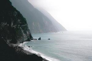 litoral perto das montanhas foto