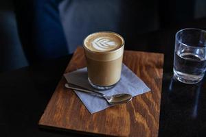 café com leite em copo alto e transparente foto