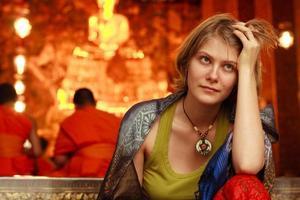 mulher na entrada do templo foto