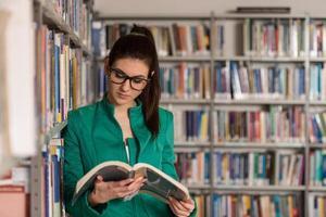 estudante universitário fale em uma biblioteca foto