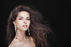 retrato de uma linda menina morena com acessórios de luxo. moda