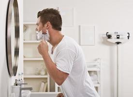 homem barbeando o rosto foto
