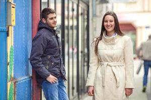 garota passando por um jovem na rua foto