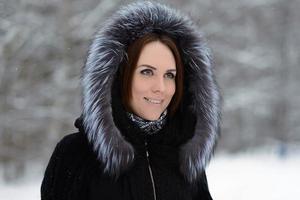 mulher na floresta de inverno foto